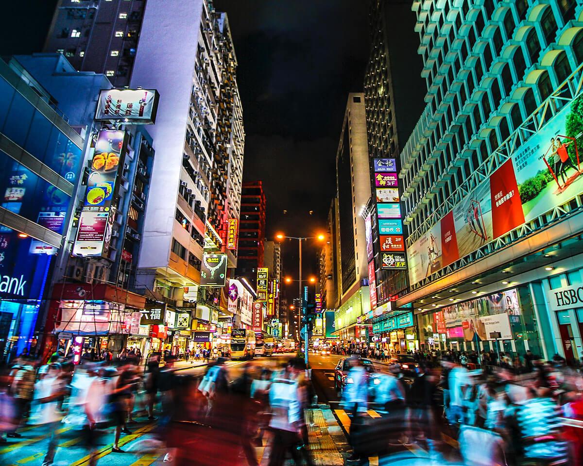 Persone in strada di notte a Hong Kong