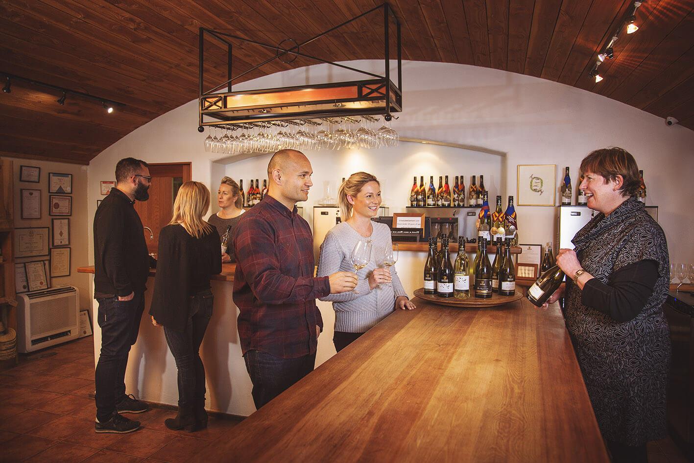 Accoglienza di enoturisti in una cantina con degustazione di vino